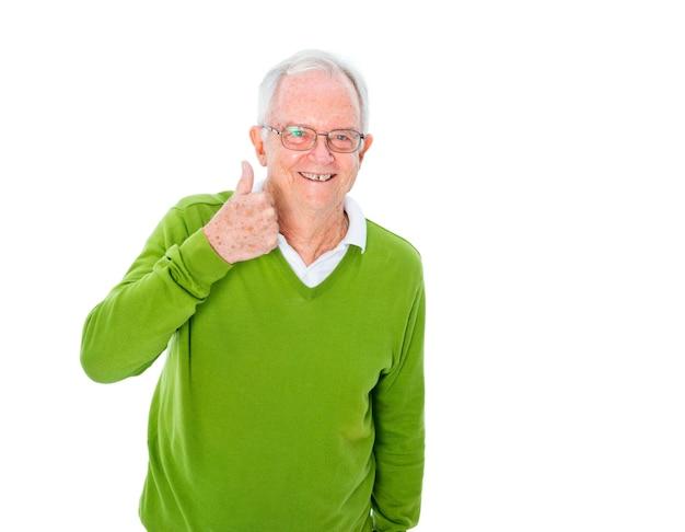 Un vieil homme occasionnel gai donnant un coup de pouce