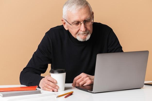 Vieil homme avec portrait d'ordinateur portable
