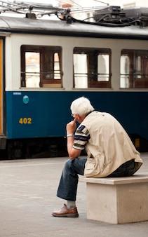 Vieil homme à la recherche d'un tram