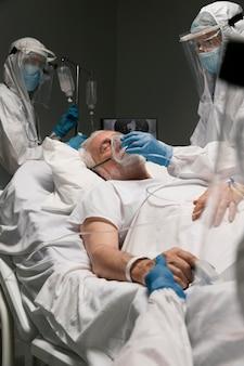 Vieil homme respirant avec un équipement spécial