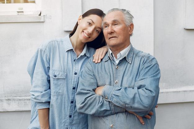 Vieil homme avec sa petite-fille