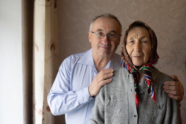 Vieil homme et sa vieille mère