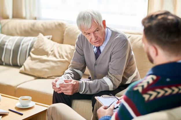 Vieil homme en séance de thérapie