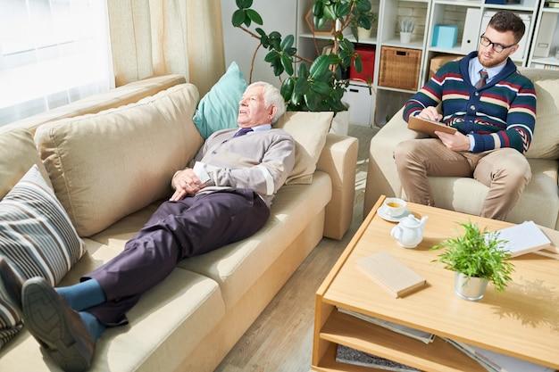 Vieil homme souffrant de crises et psychiatre en visite