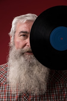 Vieil homme tenant un disque vinyle