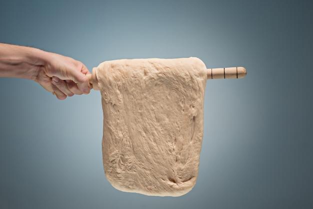 Vieil homme tenant une pâte.