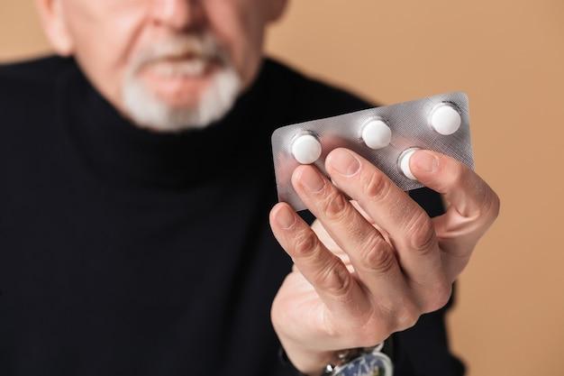 Vieil homme, tenue, tablette, à, pilules, portrait
