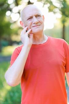 Vieil homme triste souffrant d'un fort mal de dents. personne âgée touchant sa joue et ressentant la douleur