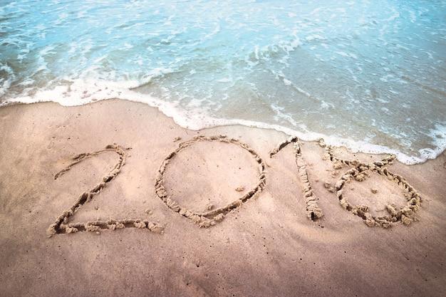 Vieille année 2018 avec la vague de mer