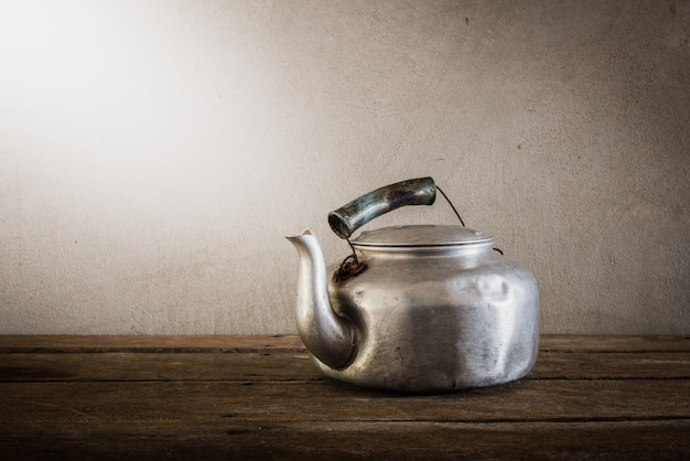 Vieille bouilloire en aluminium