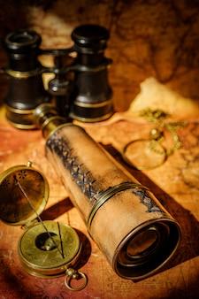 Vieille boussole rétro vintage et spyglass sur la carte du monde antique