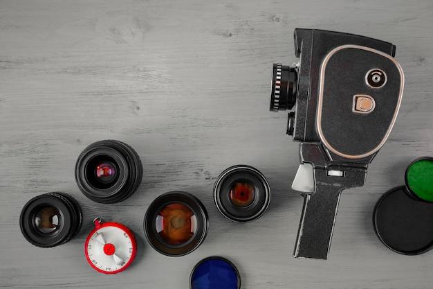 Vieille caméra et plusieurs objectifs