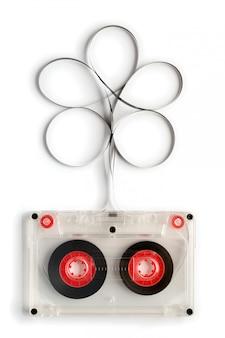 Vieille cassette audio avec du ruban adhésif isolé sur blanc