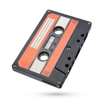Vieille cassette compacte de bande audio noire isolée sur fond blanc avec un tracé de détourage