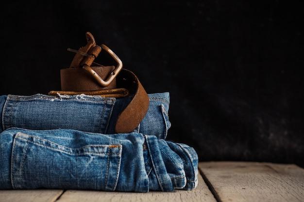Vieille ceinture sur des jeans.