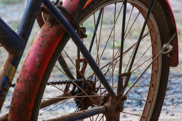 Vieille chaîne de vélo avec de la rouille
