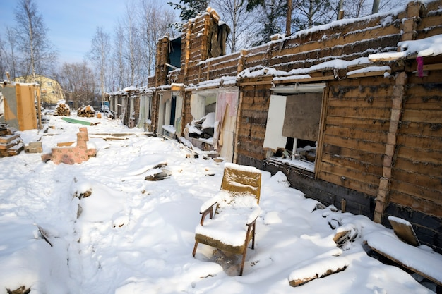 Vieille chaise couverte de neige dans une maison en ruine.