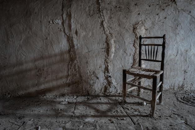 Vieille chaise sur le mur
