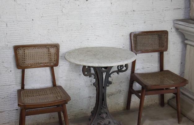 Vieille chaise et table avec café
