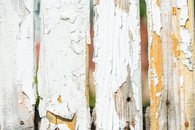 Vieille clôture blanche en bois