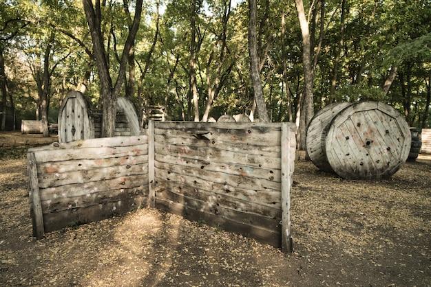 Une vieille clôture en bois à la base pour un match de paintball