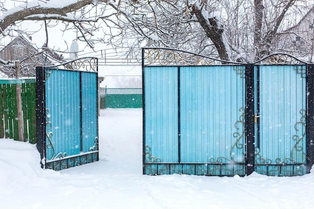 Vieille clôture branlante délabrée d'hiver. tempête de neige