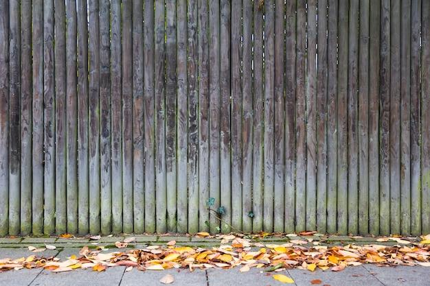 Vieille clôture de tronc en bois