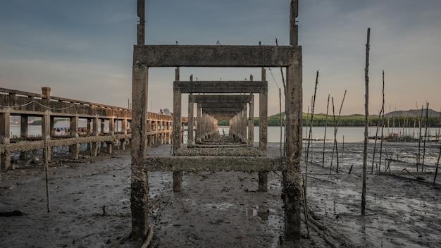 Vieille construction sur la plage de boue