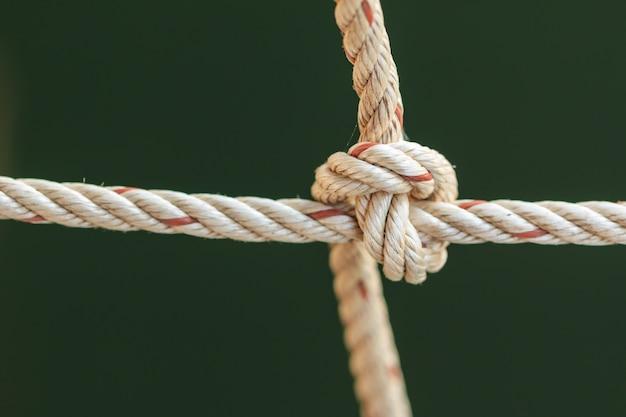 Vieille corde de bateau de pêche avec un noeud attaché