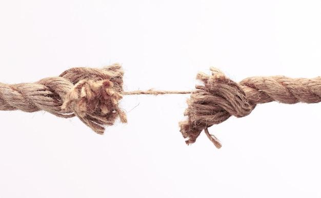 Vieille corde effilochée .isolé sur fond blanc. photo avec espace copie
