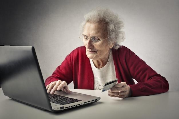Vieille dame achète avec une carte de crédit