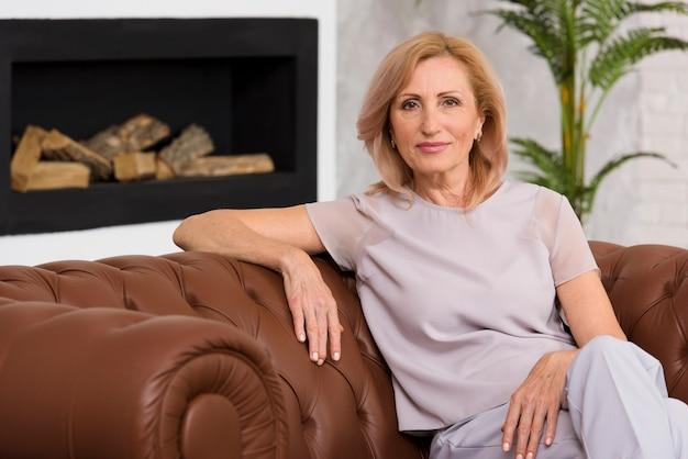 Vieille dame assise sur un canapé