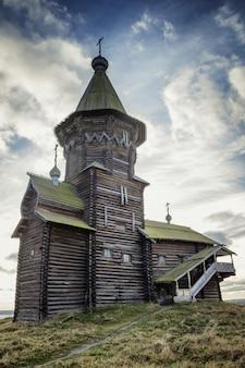 Une vieille église carélienne en bois dans une nature magnifique sur fond de ciel bleu vif.