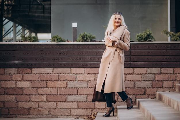 Vieille femme d'affaires marchant dans les escaliers