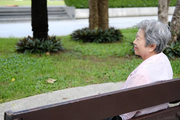 Vieille femme âgée au repos dans le jardin, femme âgée se détendant en plein air,