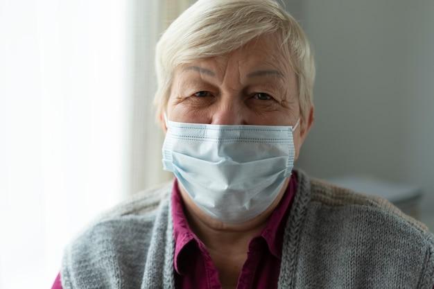 Vieille femme âgée dans un masque.