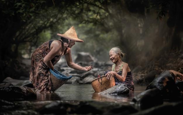 Vieille femme asiatique travaillant en cascade, thaïlande