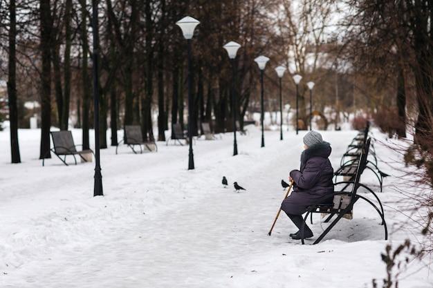 Vieille femme assise sur un banc