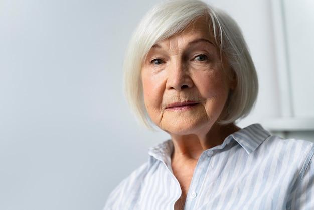 Vieille femme confrontée à la maladie d'alzheimer