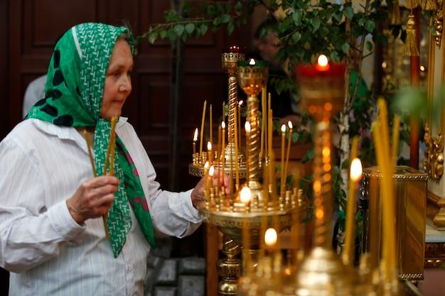 Une vieille femme à l'église