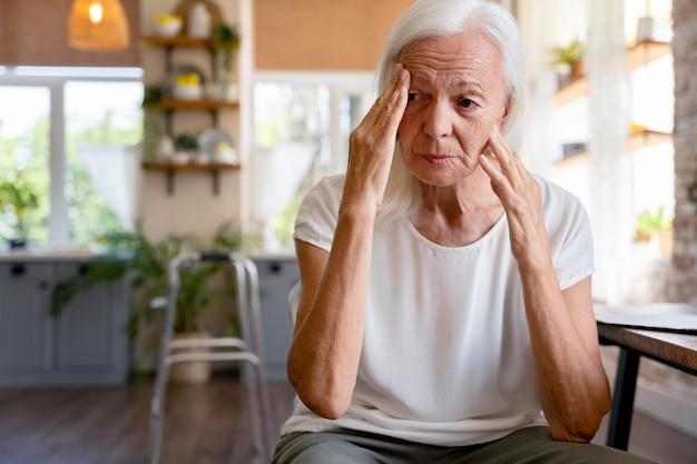 Vieille femme ne se sentant pas bien à la maison