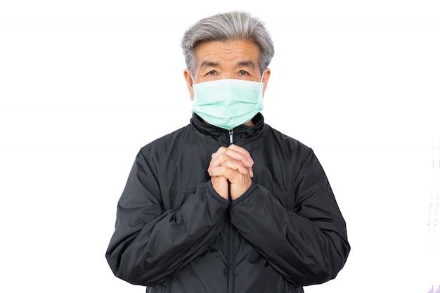 Vieille femme portant un masque peur problème covid 19 et pollution de l'air sur fond blanc, rester à la maison, concept de soins de santé, nouvelle normale.