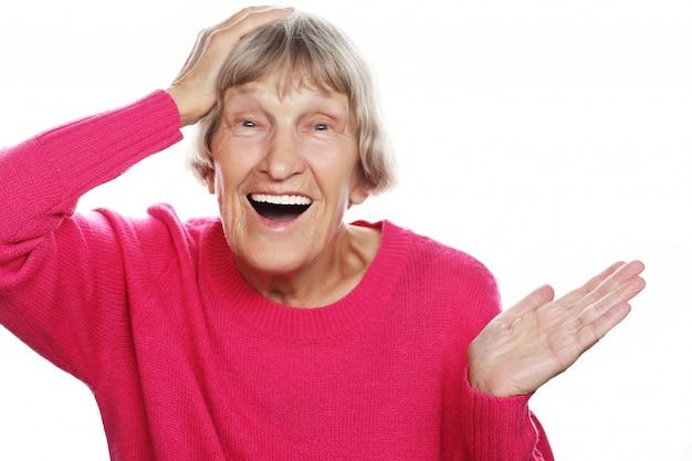 Vieille femme surprise heureuse