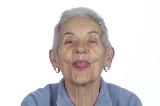 Vieille femme tirant la langue