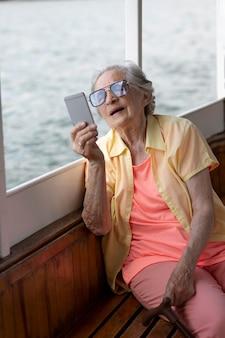 Vieille femme voyageant seule en été