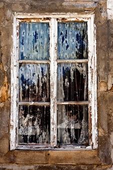 Vieille fenêtre en décomposition