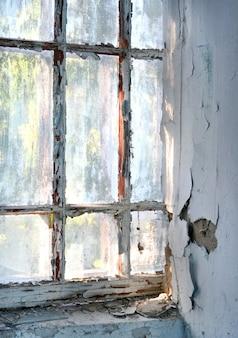 Vieille fenêtre avec de la peinture fissurée minable