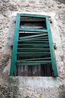 Vieille fenêtre avec volets en bois
