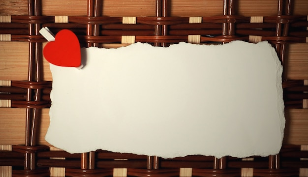 Vieille feuille blanche de notes d'amour de papier et forme de coeur