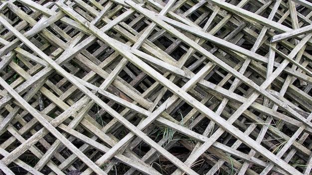 Vieille grille en bois diagonale grise. ancienne clôture en treillis de bois. fond.